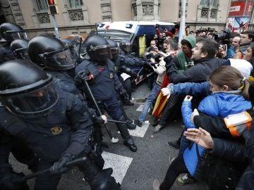 Mossos d´Esquadra impiden el paso de manifestantes en las inmediaciones de la Delegación del Gobierno en Cataluña