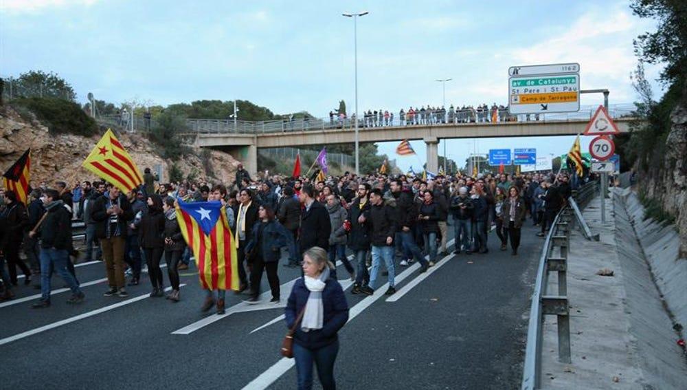 Un momento de la concentración que cortó la AP-7 en Tarragona