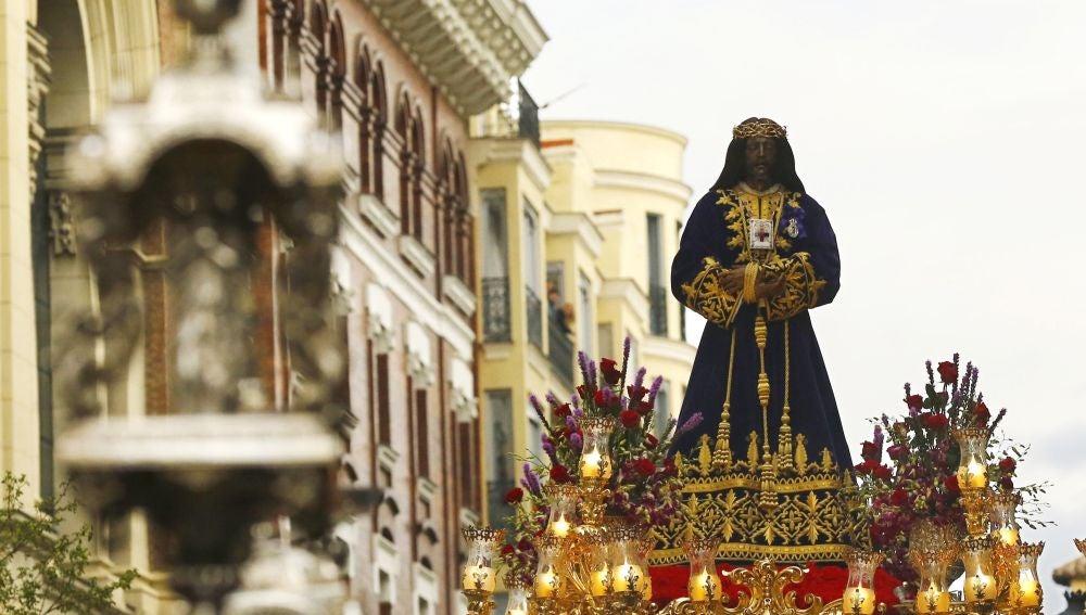 La imagen de Jesús de Medinaceli sale de su basílica para procesionar por las calles de Madrid en la noche de Viernes Santo