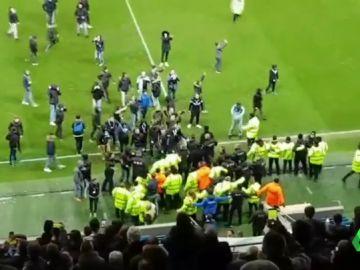 Ultras del Le Havre invaden el campo para agredir a sus jugadores tras una derrota de su equipo