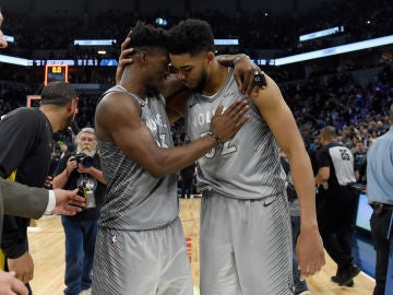 Butler y Towns celebran el pase a Playoffs