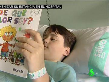 Niño hospitalizado leyendo el libro '¿De qué color soy?'
