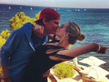 Avicii junto a su novia Emily Goldberg