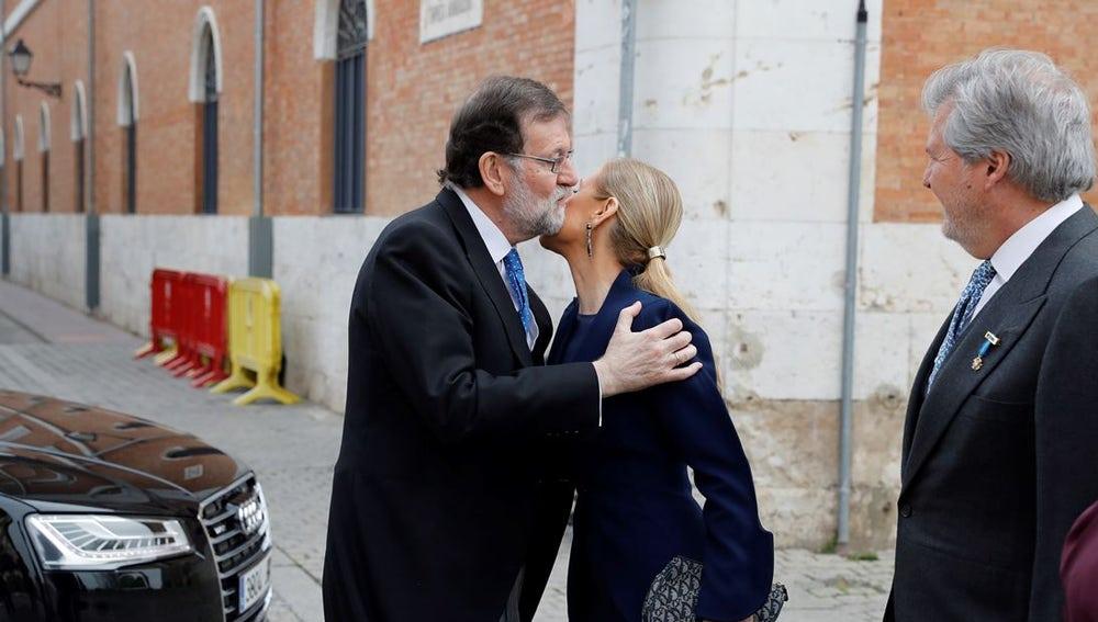 Rajoy y Cifuentes se saludan frente a la Universidad de Alcalá de Henares