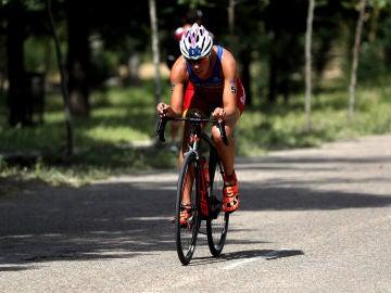 La triatleta Carolina Routier entrena sobre su bicicleta