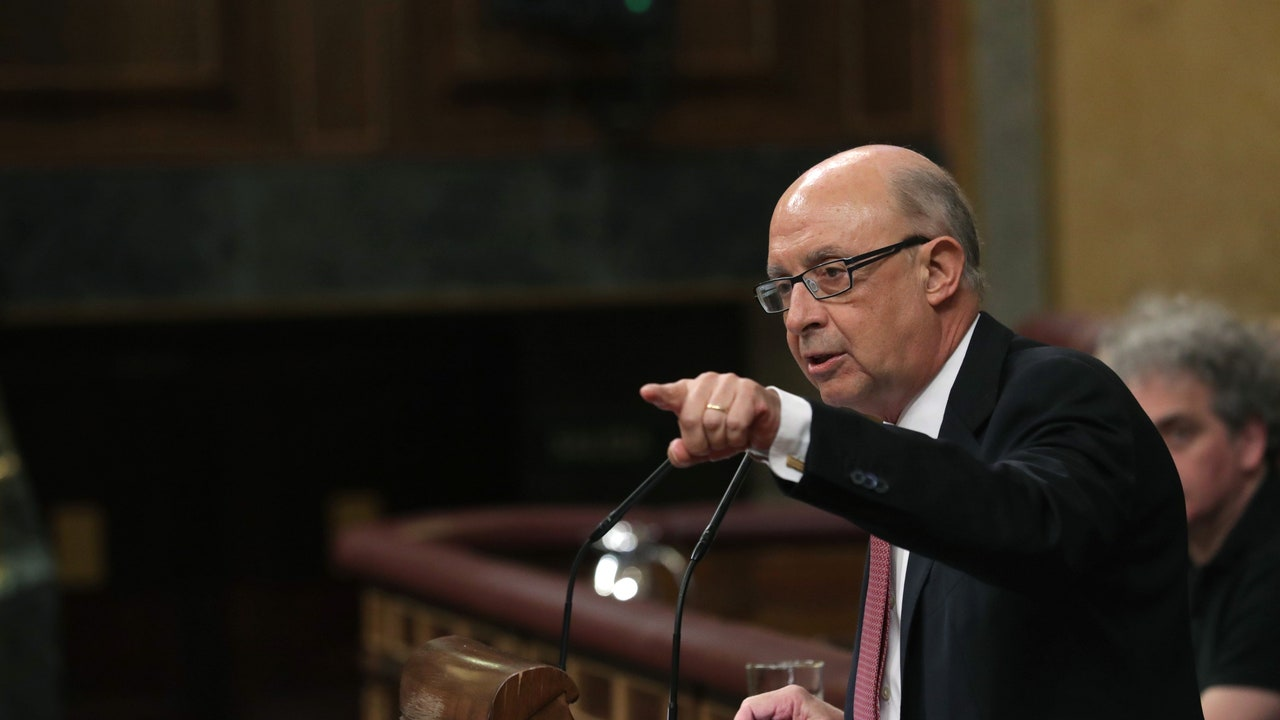 El ministro de Hacienda Cristóbal Montoro, durante su intervención en el pleno del Congreso de los Diputados