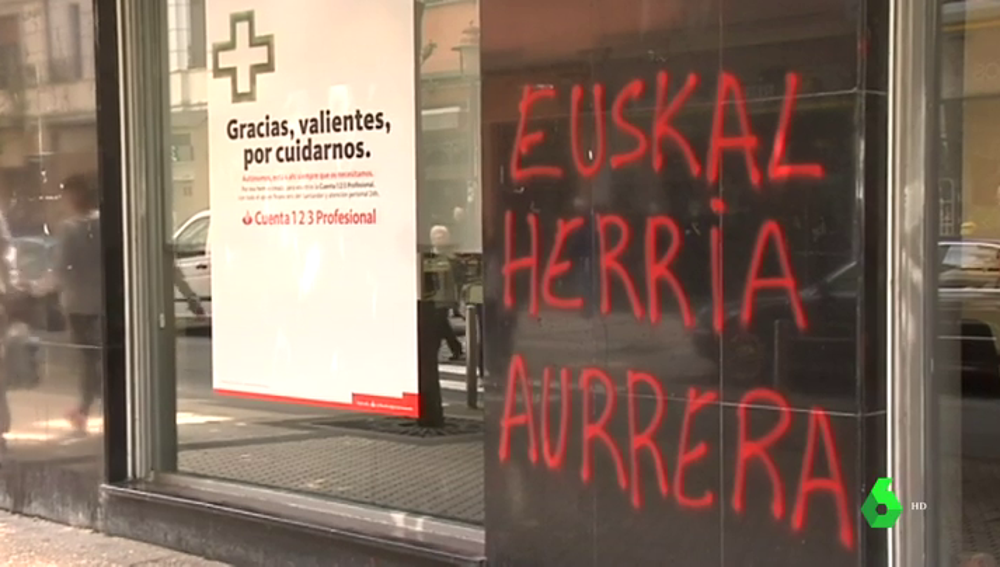 Comienzan a retirar las pintadas de apoyo a ETA aparecidas en varios municipios vascos