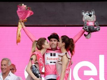 Dumoulin celebra su victoria en la primera etapa del Giro