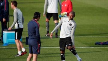 Emery habla con Mbappé en un entrenamiento