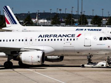 Aviones de la aerolínea Air France aparcan en una de las terminales en el Aeropuerto Charles de Gaulle en París. EFE