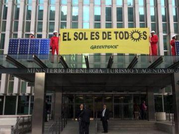 Activistas de Greenpeace han colocado en la fachada del Ministerio de Energía en Madrid placas solares