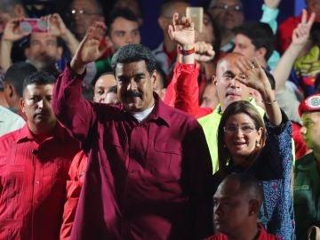 El presidente venezolano Nicolás Maduro saluda tras conocer los resultados