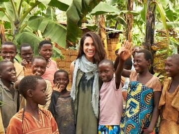 Meghan Markle durante uno de sus viajes de voluntariado