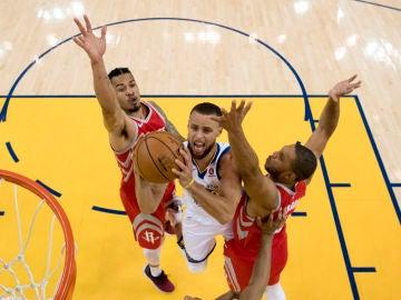 Curry entra a canasta ante la defensa de los Rockets