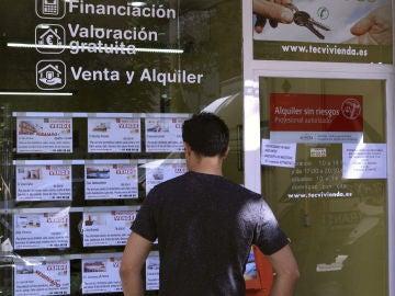 Vista de un escaparate de una inmobiliaria en Madrid (Archivo)