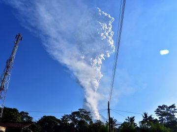 Imagen de archivo de una columna de humo y cenizas que emana del volcán Merapi en Indonesia