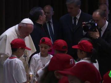 El papa recibe a niños de zonas marginales tras pedir energías limpias a las petroleras