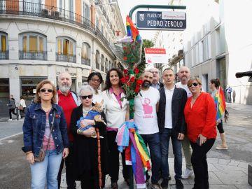 Los asistentes a una ofrenda floral con motivo del tercer aniversario del fallecimiento de Pedro Zerolo