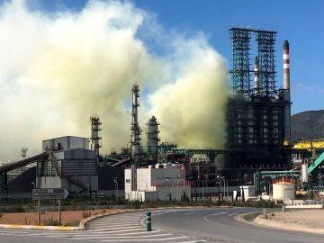 La nube de humo formada en la refinería del Valle de Escombreras