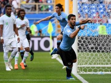 Luis Suárez celebra su gol contra Arabia Saudí