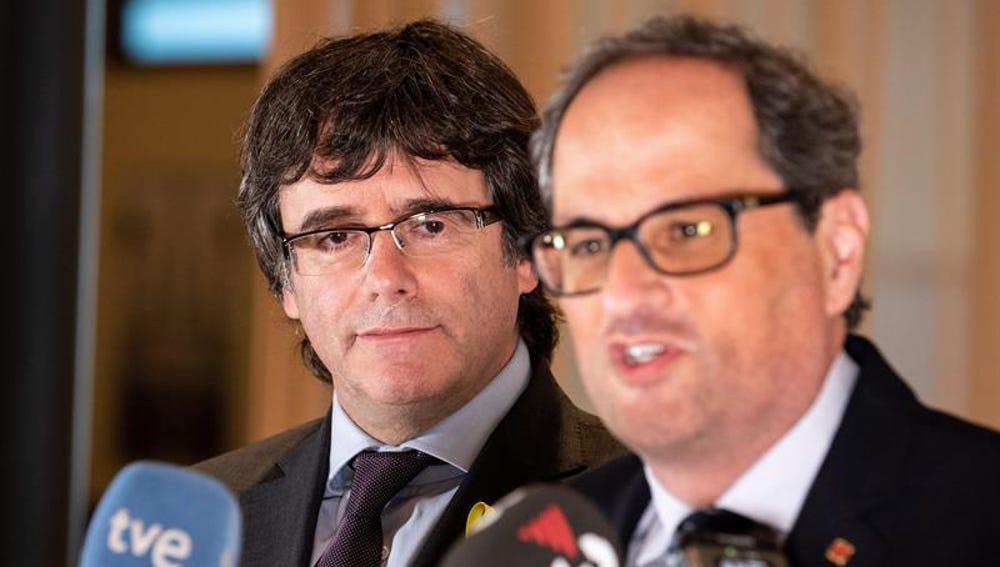 El presidente de la Generalitat, Quim Torra, y su antecesor en el cargo, Carles Puigdemont