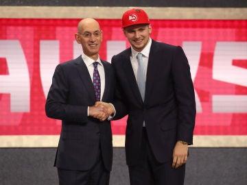 Luka Doncic y Adam Silver se estrechan la mano en la noche del Draft