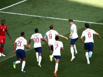 Los jugadores ingleses celebran uno de los goles contra Panamá