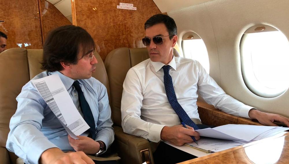 Elecciones generales 2019: Pedro Sánchez con gafas de sol en el Falcon presidencial