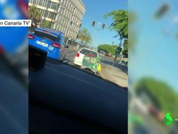 El coche que llevaba un carro de la compra atado