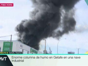 Arde una nave industrial en Getafe.