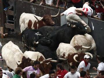 Imagen del primer encierro de San Fermín con los toros de la ganadería de Puerto de San Lorenzo