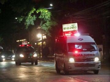 Un grupo de ambulancias transporta a los niños rescatados de la cueva de Tailandia