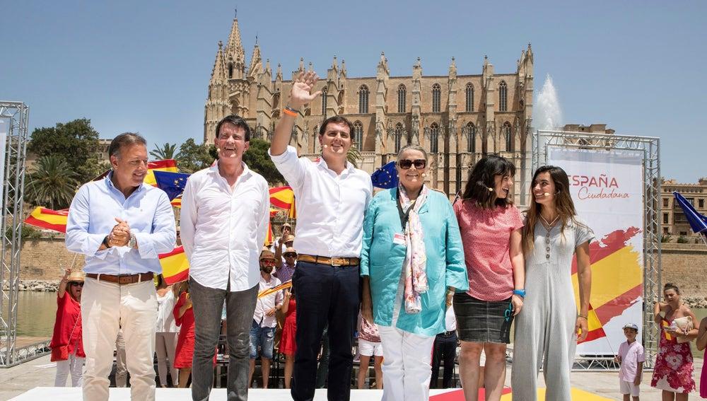 El presidente de Ciudadanos (Cs), Albert Rivera, acompañado por el ex primer ministro francés Manuel Valls, y el ex director general de la Policía Nacional y de la Guardia Civil Joan Mesquida, participan en el acto de la Plataforma España Ciudadana en Palma de Mallorca.
