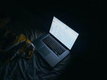 Las pantallas emiten luz azul para acentuar el brillo