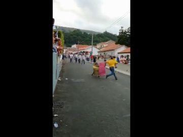 Un hombre torea con su bebé en brazos y causa indignación en Portugal