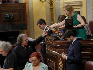 El portavoz de ERC, Joan Tardà le entrega su papeleta a la presidenta del Congreso de los Diputados, Ana Pastor