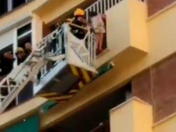 Niña de seis años rescatada de un octavo piso en Málaga