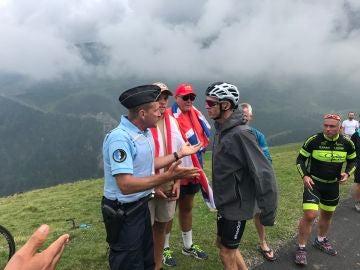 Froome discuta con un gendarme tras una etapa del Tour