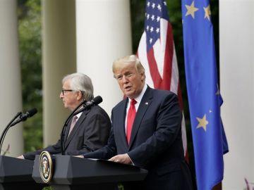 Juncker y Donald Trump ante los medios
