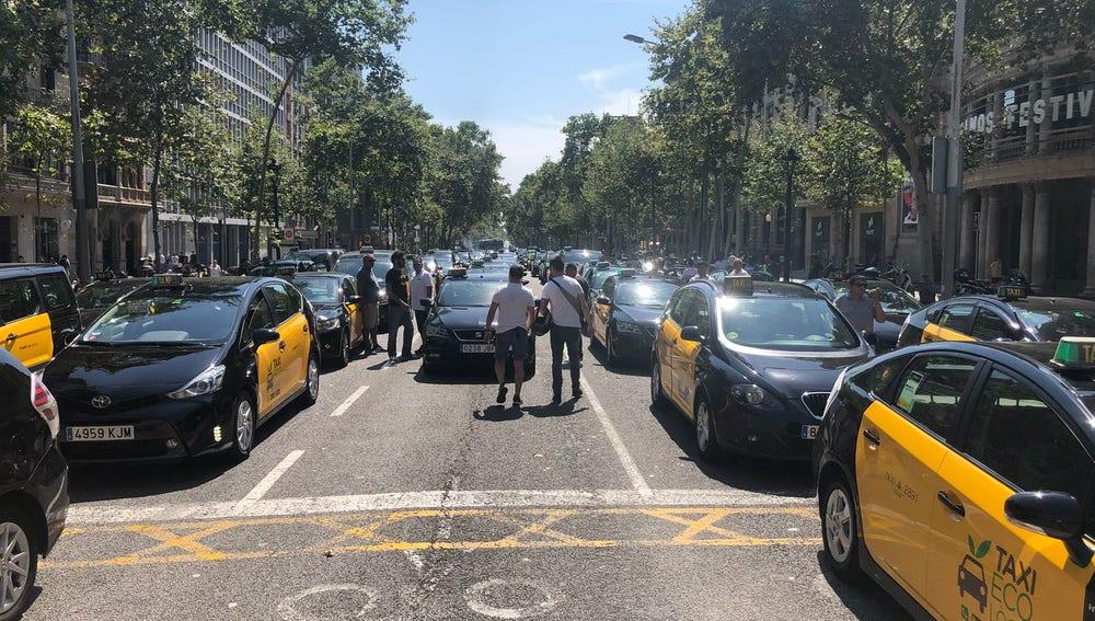 Los taxis de Barcelona protestan en una marcha lenta contra los VTC