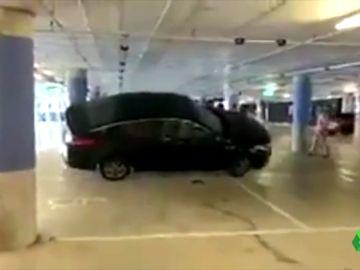 Los Mossos identifican a 20 taxistas tras volcar un vehículo VTC en el aeropuerto de Barcelona
