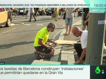 Taxistas de Barcelona construyendo un urinario.