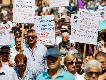 Las asociaciones de pensionistas en una concentración en San Sebastián