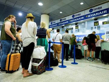 Pasajeros de Ryanair hacen cola en el aeropuerto