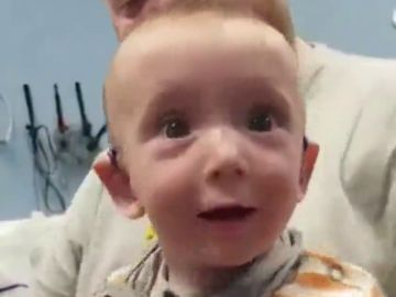 La tierna y emotiva reacción de un bebé con sordera al escuchar por primera vez la voz de su madre