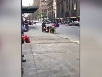 Una taxista agrede brutalmente a una pareja e intenta huir en Nueva York