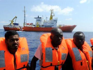 Migrantes rescatados en el mar mediterráneo