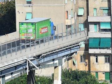 El camión aún permanece al borde de la sección que continúa en pie del puente