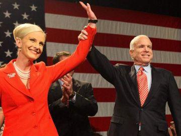John y Cindy McCain durante un acto