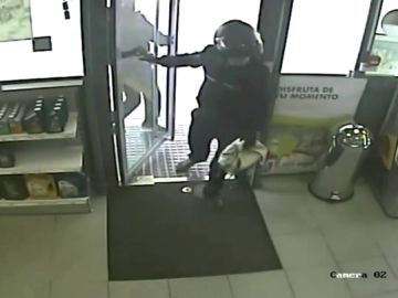 Atracador entrando a una gasolinera